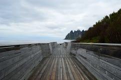 Refresque el puente de madera formado que lleva abajo al punto de visión para ver la montaña de Okshornan Foto de archivo libre de regalías