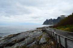 Refresque el puente de madera formado que lleva abajo al punto de visión para ver la montaña de Okshornan Foto de archivo