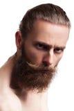 Refresque la mirada del inconformista con la barba larga en el fondo blanco en perno prisionero Fotografía de archivo libre de regalías