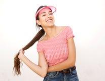 Refresque a la muchacha moderna que sonríe con el pelo y el casquillo largos Fotografía de archivo