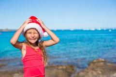 Refresque a la niña hermosa en el sombrero de Papá Noel muy feliz Fotos de archivo libres de regalías