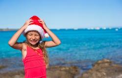 Refresque a la niña hermosa en el sombrero de Papá Noel muy feliz Fotos de archivo