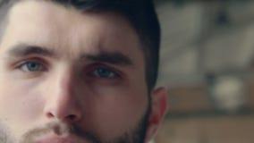 Refresque a los hombres barbudos hermosos de la mirada in camera con almacen de video