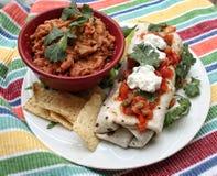Refried-Bohnen und Burrito-Platte Lizenzfreies Stockbild