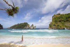 Refrigeração na praia de Atuh fotografia de stock royalty free