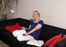 Refrigeración adolescente en el sofá Imagen de archivo libre de regalías