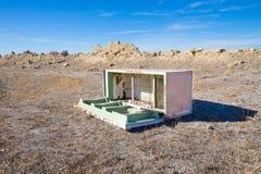 Refrigerador abandonado en el campo Imágenes de archivo libres de regalías