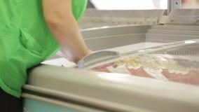 Refrigerador com alimento congelado video estoque