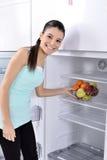 Refrigerador com fruto foto de stock