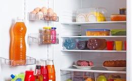 Refrigerador con el alimento Fotos de archivo libres de regalías