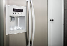 Refrigerador con los cubos de la cuerda de rosca Fotos de archivo