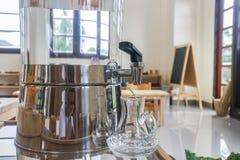 Refrigerador de agua con el jarro para la bebida fotografía de archivo libre de regalías