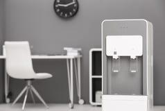 Refrigerador de agua moderno foto de archivo