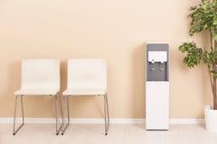 Refrigerador de agua moderno foto de archivo libre de regalías