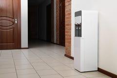 Refrigerador de agua moderno fotografía de archivo