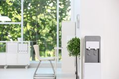 Refrigerador de agua moderno imagen de archivo libre de regalías