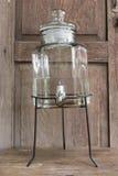 Refrigerador de cristal con el vintage del agua Fotos de archivo