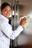 Refrigerador de la limpieza de la mujer Foto de archivo