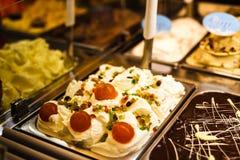 Refrigerador do gelado com contador de a?o italiano cremoso e do fruto do gelado do servi?o com os muitos de refrescar sabores sc foto de stock