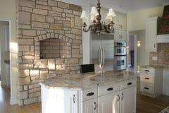 Refrigerador inoxidável dos gabinetes de madeira da cozinha Imagens de Stock