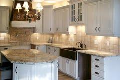 Refrigerador inoxidável dos gabinetes de madeira da cozinha Fotografia de Stock