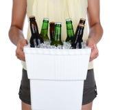 Refrigerador levando da cerveja da mulher Fotos de Stock Royalty Free