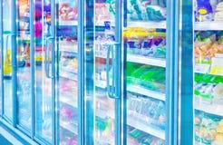 Refrigerador no supermercado Imagens de Stock