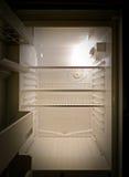 Refrigerador vacío interior, visión frontal fotos de archivo libres de regalías
