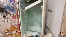 Refrigerador velho matado por um malho nas ruínas video estoque