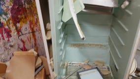 Refrigerador velho matado por um malho nas ruínas filme