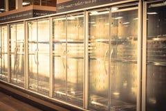 Refrigeradores comerciales vacíos en el colmado en América Foto de archivo