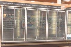 Refrigeradores comerciales vacíos en el colmado en América Imagenes de archivo