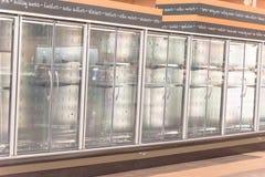 Refrigeradores comerciales vacíos en el colmado en América Imágenes de archivo libres de regalías