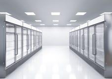 Refrigeradores comerciales vacíos en tienda Foto de archivo libre de regalías