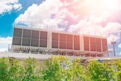 Refrigeradores del aire de la HVAC en unidades del tejado de acondicionador de aire imagenes de archivo