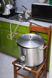 Refrigerando um Wort da cerveja da Casa-fermentação usando o água da torneira e um refrigerador fotos de stock royalty free