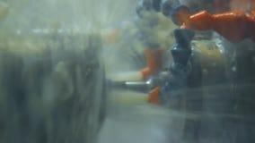 Refrigerar de placas do metal durante a metalurgia na oficina Jatos do líquido refrigerante video estoque