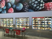 Refrigerated шкафы дисплея на Selgros стоковое фото