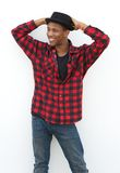 Refrigere o homem negro novo que levanta na camisa quadriculado e no chapéu Fotografia de Stock