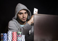 Refrigere o jogador de pôquer em linha que guarda o ás em sua mão Fotos de Stock