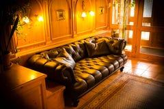 Refrigere para fora a sala de estar com luz morna fotografia de stock royalty free