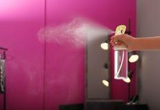 Refrogerador de ar de pulverização da mulher em casa, close up foto de stock royalty free