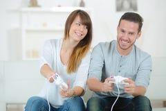 Refroidissement à la maison avec la console de jeux Photographie stock