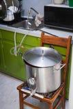 Refroidissement d'un moût de bière de Maison-Brew utilisant l'eau du robinet et un réfrigérateur photos libres de droits