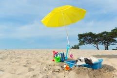 Refroidissement pour le chien à la plage Photos libres de droits