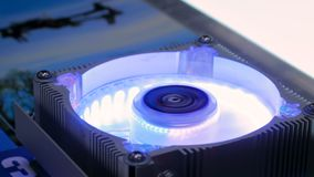 Refroidisseur d'ordinateur avec la lumière de RVB LED banque de vidéos