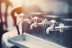 Refroidisseur public libre de réservoir d'eau potable de robinet d'eau de rangée photos libres de droits