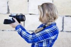 Refroidissez l'enfant tenant un appareil-photo prenant une photo d'elle-même Images libres de droits