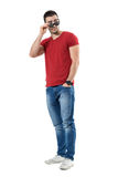 Refroidissez l'homme flirty de coureur de jupons jetant un coup d'oeil au-dessus de l'épaule regardant au-dessus des lunettes de  Image libre de droits