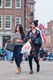 Refroidissez les filles à la mode sur la place de barrage, Amsterdam, Pays-Bas Image stock